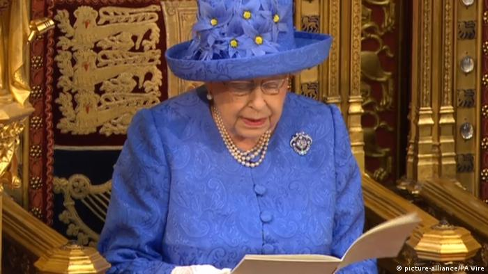 The Queen wearing EU hat during speech before parliament (picture-alliance/PA Wire)