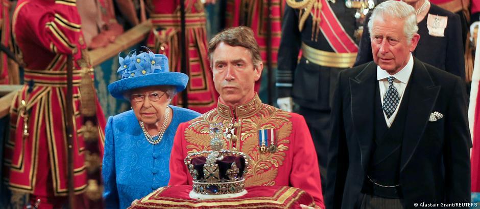 Elizabeth 2ª e o príncipe Charles em sessão de abertura do novo Parlamento