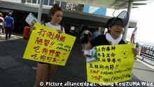 Zwei Aktivistinnen aus Hongkong und Deutschland halten am 03.06.2017 in Hongkong (China) Plakate mit der Aufschriften gegen das Verzehren von Hunden und Katzen in der Hand. Die Demonstration findet anlässlich des jährlichen Yulin-Dog-Meat-Festivals statt, das am 21. Juni beginnt. Das jährlich stattfindende Dog-Meat-Eating-Fest stößt seit 2010 auf internationale Empörung. Foto: Liau Chung Ren/ZUMA Wire/dpa +++(c) dpa - Bildfunk+++ |