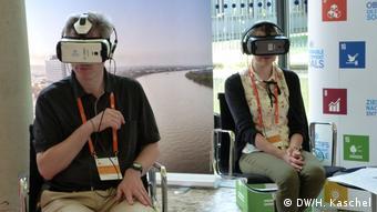 Periodistas con las gafas virtuales.