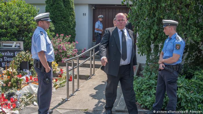 Walter Kohl outside Helmut Kohl's residence in Oggersheim