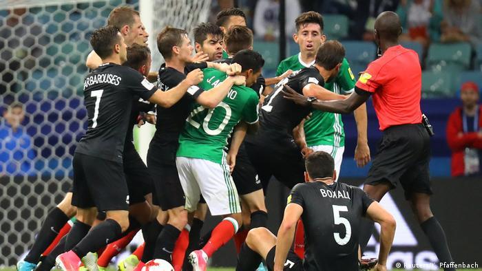 Fußball Confed Cup - Mexiko vs. Neuseeland (Reuters/K. Pfaffenbach)