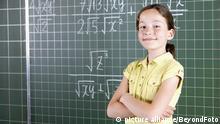 BG Deutsche Wörter, die es in andere Sprachen geschafft haben   Mädchen vor einer Schultafel