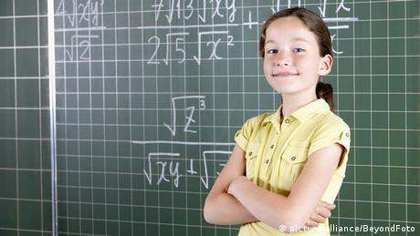 BG Deutsche Wörter, die es in andere Sprachen geschafft haben | Mädchen vor einer Schultafel (picture alliance/BeyondFoto)