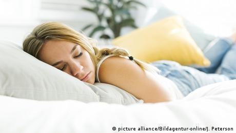 Eine Frau schläft im Bett (picture alliance/Bildagentur-online/J. Peterson)
