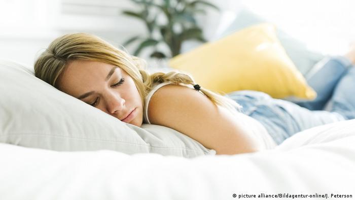 سيدة تنام ويظهر قصة الشعر
