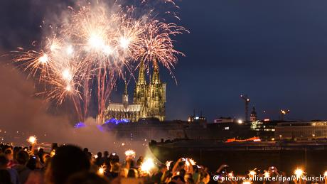 Germany, fireworks over Cologne Cathedral (picture-alliance/dpa/M. Kusch)