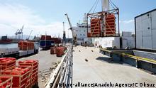 Beladung des türkischen Schiffes für Katar im Hafen Aliaga in der Provinz Izmir