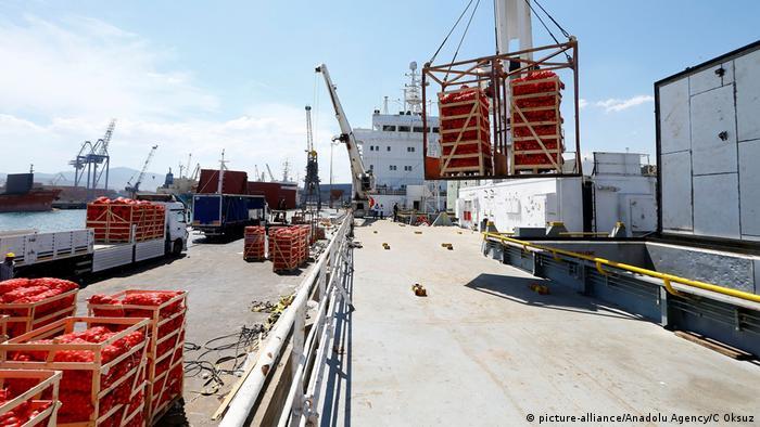 Türkei Verladung von Lebensmitteln, Schiff nach Katar (picture-alliance/Anadolu Agency/C Oksuz)
