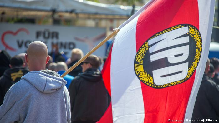 man holding NPD flag (picture-alliance/dpa/J. Büttner)