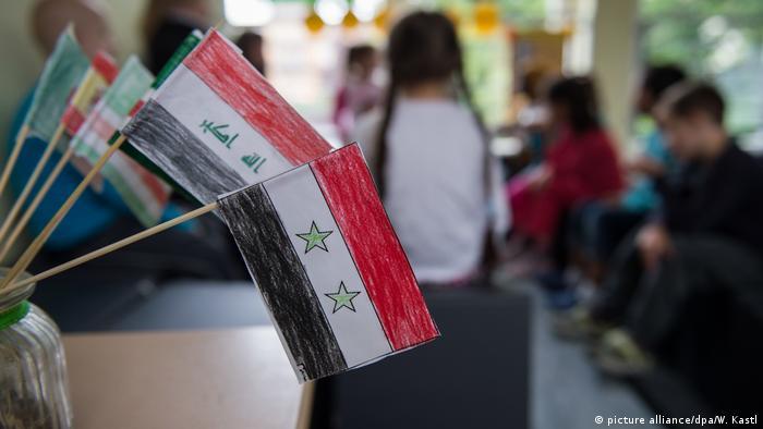 Deutschland   Vorstellung Schulunterricht für Flüchtlingskinder   Fahne Irak und Syrien