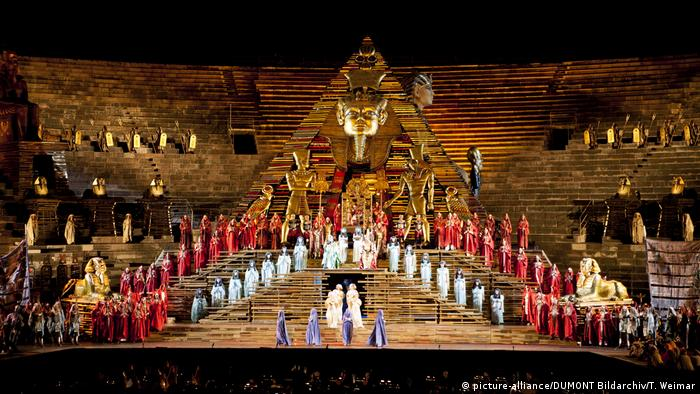 Encenação de Aída na Arena de Verona, na Itália