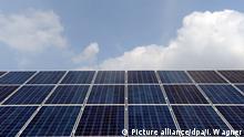 ARCHIV- Die Aufnahme vom 29.07.2014 zeigt ein Dach mit Solarpanels auf einem Haus in Steinkirchen (Niedersachsen). (zu dpa «Wärmekonzept für Rheinland-Pfalz» vom 20.02.2017) Foto: Ingo Wagner/dpa +++(c) dpa - Bildfunk+++   Verwendung weltweit