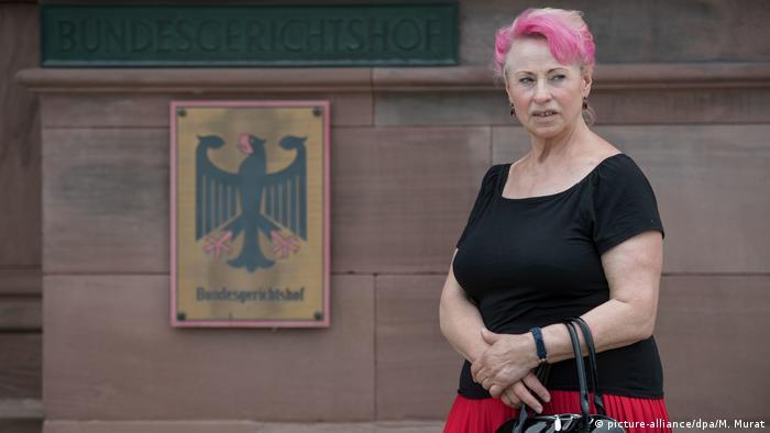 Elizabeth Schmidt frente a un edificio judicial en Alemania en 2017