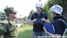 DONETSK REGION, UKRAINE - JUNE 20, 2017: Alexander Hug (C), Principal Deputy Chief Monitor of the OSCE Special Monitoring Mission to Ukraine, visits the village of Sakhanka. Valentin Sprinchak/TASS PUBLICATIONxINxGERxAUTxONLY TS053D8A Donetsk Region Ukraine June 20 2017 Alexander Hug C Principal Deputy Chief Monitor of The OSCE Special Monitoring Mission to Ukraine visits The Village of Valentin Sprinchak TASS PUBLICATIONxINxGERxAUTxONLY TS053D8A