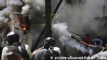 22.06.2017+++ Hilfskräfte versuchen am 22.06.2017 einen brennenden Lkw der Regierung zu löschen, der bei Protesten zur Unterstützung der regierungskritischen Generalstaatsanwältin Ortega in Brand geraten war. Der Generalstaatsanwältin droht nach scharfer Kritik an Präsident Maduro die Amtsenthebung. Foto: Fernando Llano/AP/dpa +++(c) dpa - Bildfunk+++ |