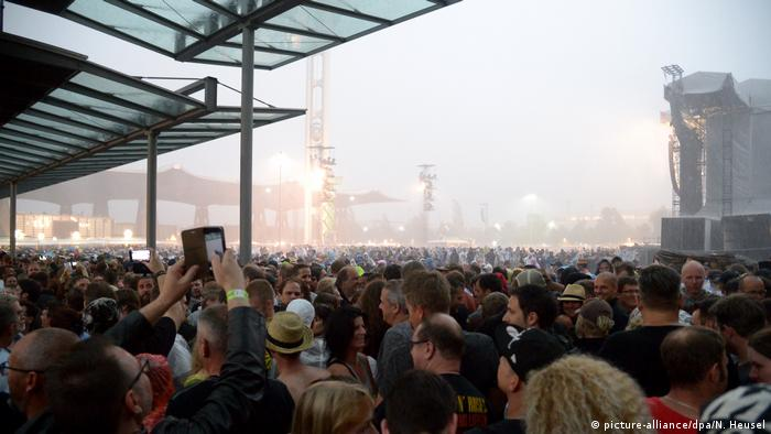 Deutschland Konzert Guns N' Roses in Hannover Unwetter (picture-alliance/dpa/N. Heusel)
