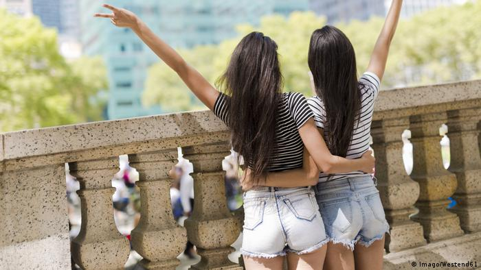 USA New York City back view of two young women in Manhattan having fun model released Symbolfoto (Imago/Westend61)