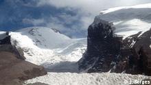 VR China Autonome Provinz Xinjiang-Uigur, Berg Mustag Ata (7564 m) Karakorum-Gebirge HIER Blick vom Basislager in 4500 m Höhe auf das Bergmassiv oberhalb der Hochebene in ca. 4100 m Höhe und des Subashi-Paß (4200 m) am (chinesisch = KALAKULI) KARAKUL-SEE (ca. 4000 m ü. NN); der Karakul-See liegt am Goz Darya-Flußtals an dem auch der Karakorum Highway zur Grenze VR CHINA - Pakistan verläuft. Die Straße führt weiter hinauf nach Taxkorgan (dort alte Festung, 18000 der 23 000 Einw. sind Tadschiken, sodann Kirgisen, Usbeken und Uighuren) und zum Khunjerab-Paß (Grenzposten ca. 80 km von dieser Ebene/diesem Foto entfernt; 4760 m ü. NN, dort Grenze VR China - Pakistan) Foto: Jürgen Sorges