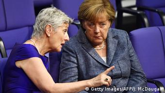 Marieluise Beck speaks with Merkel in the Bundestag