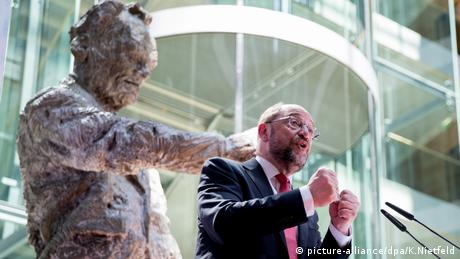 Martin Schulz next to a statue of Willy Brandt (Photo: picture-alliance/dpa/K.Nietfeld)