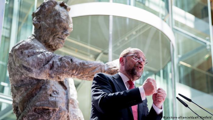 Martin Schulz vor der Willy Brandt-Skulptur in der SPD-Zentrale (Foto: picture-alliance/dpa/K.Nietfeld)