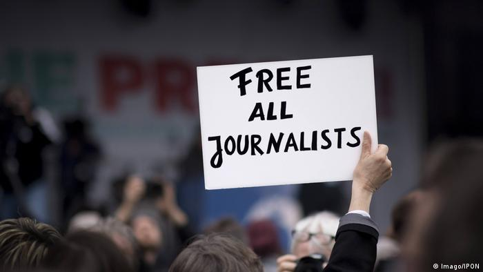 Poster: Free all journalists (Imago/IPON)