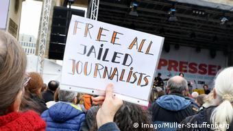 Αντιδράσεις προκαλούν οι συνεχείς συλλήψεις δημοσιογράφων και ακτιβιστών στην Τουρκία.