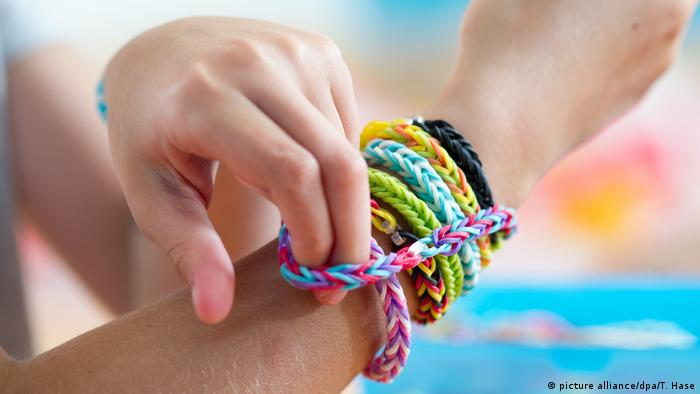 Spielzeug - Loom Armband (picture alliance/dpa/T. Hase)