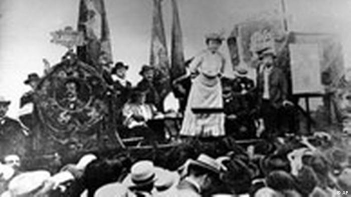 گرچه لوکزمبورگ اندیشههای مارکس را قبول داشت، اما درکی جزمگرایانه از مارکسیسم نداشت و دیدگاههای انتقادی خود را نسبت به آن حفظ کرده بود. او معتقد بود مارکسیسم جهانبینیای انقلابی است که باید دائما برای رسیدن به شناخت تازهتر تلاش کند. به باور او هیچ چیز برای مارکسیسم بدتر از منجمد شدن در یک قالب فکری ثابت نیست. در تصویر بالا لوکزمبورگ را درسال ۱۹۰۷ در همایش سوسیال دمکراتها در اشتوتگارت میبینیم.