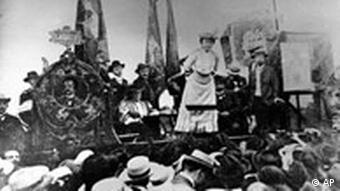 روزا لوکزامبورگ در موقع سخنرانی در سال 1907
