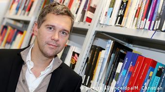 Ο Στέφαν Βάιχερτ, ειδικός στον τομέα της Πληροφόρησης και των ΜΜΕ, στη βιβλιοθήκη του τμήματος στο Πανεπιστημίου του Αμβούργου