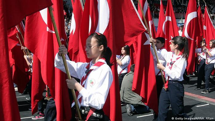 Türkei Schüler mit Nationalflaggen