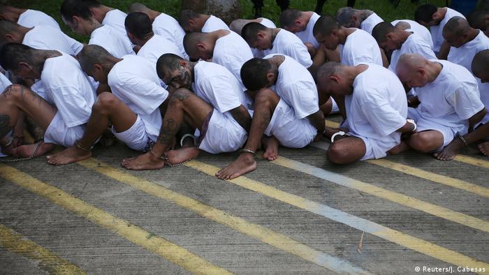 Prisioneros miembros de la Mara Salvatrucha. (Archivo).