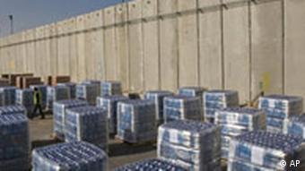 Gestapelte Hilfsgüter der UN an der Grenze zu Gaza (Foto: AP)