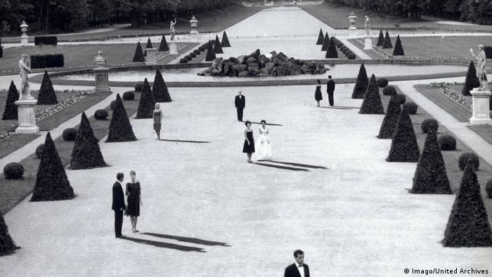 A scene from Last Year in Marienbad by Alain Resnais set in a beautiful park (Imago/United Archives)