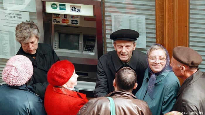 У банкомата в Москве, 1998 год