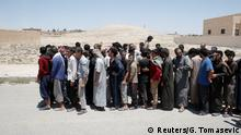 24.06.2017+++ Raqqa, Syrien Islamic State prisoners, who were pardoned by a council that is expected to govern Raqqa once the group is dislodged from the Syrian city, stand in Ain Issa village, north of Raqqa, Syria June 24, 2017. REUTERS/Goran Tomasevic