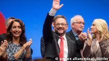Concorrente de Merkel ao governo Martin Schulz (c.) fala em congresso partidário do SPD