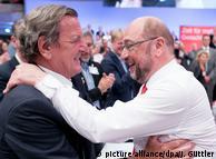 Ґергард Шредер (л) обіймає Мартіна Шульца на партійних зборах СДПН, червень 2017 року