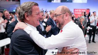 Martin Schulz y el excanciller alemán Gerhard Schröder en el congreso del SPD en Dortmund. (25.06.2017)