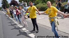 25.06.2017 Teilnehmer bilden am 25.06.2017 an der Grenze zu den Niederlanden in Aachen (Nordrhein-Westfalen) bei der Protestaktion Kettenreaktion gegen belgische Atommeiler eine Menschenkette. Die Teilnehmer forderten ein sofortiges Abschalten der Kraftwerksblöcke Tihange 2 und Doel 3, deren Sicherheit wegen Tausender Mikro-Risse umstritten ist. Foto: Henning Kaiser/dpa +++(c) dpa - Bildfunk+++