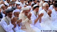 Männer beim Gebet im pakistanischen Peshewar