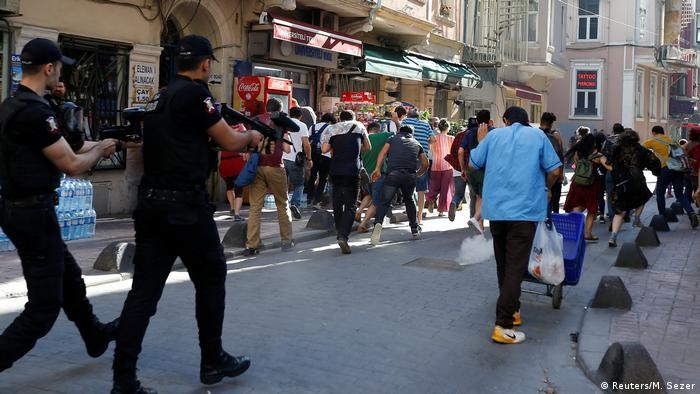 Озброєні поліцейські переслідують учасників маршу за права ЛГБТ-спільноти