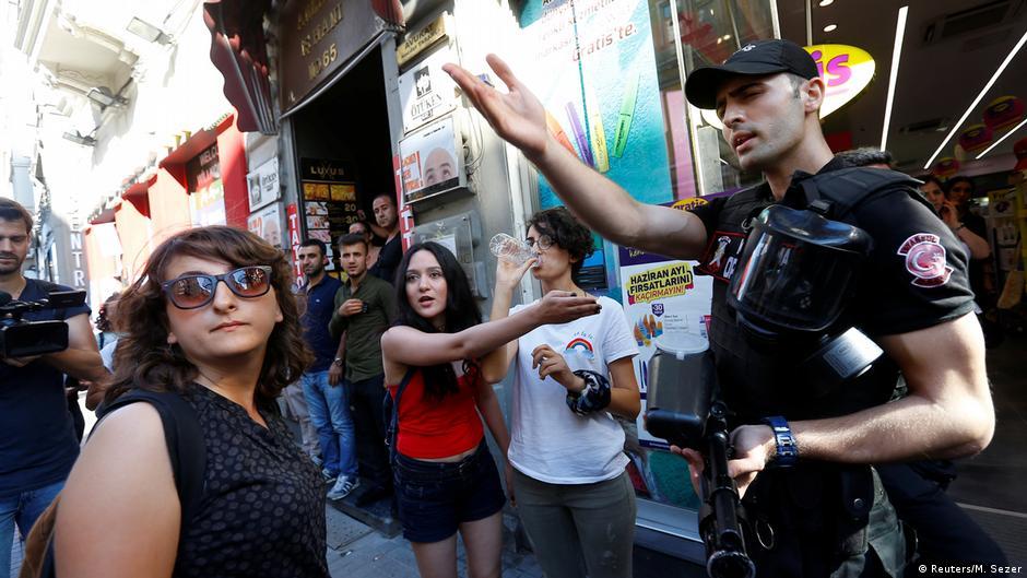 Турција  солзавец и гумени куршуми против ЛГБТИ заедницата