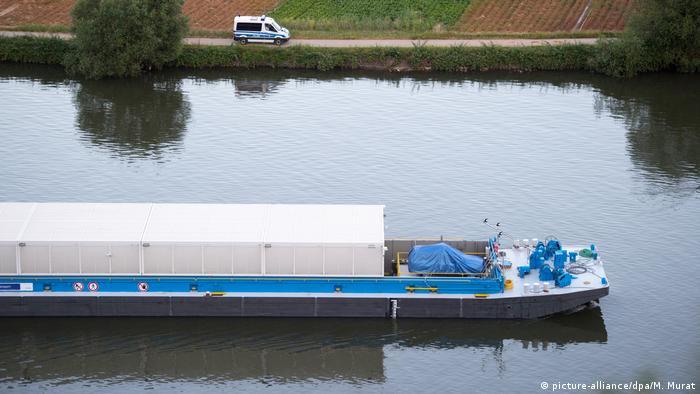 Deutschland Transport Castor-Behälter per Schiff (picture-alliance/dpa/M. Murat)