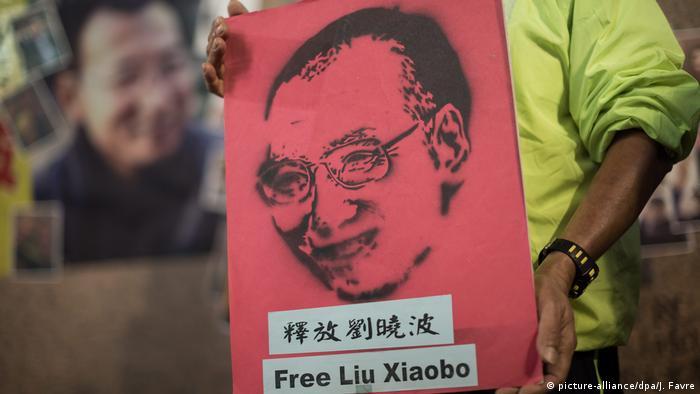 Hongkong Aktivisten feiern Geburtstag von Liu Xiaobo (picture-alliance/dpa/J. Favre)