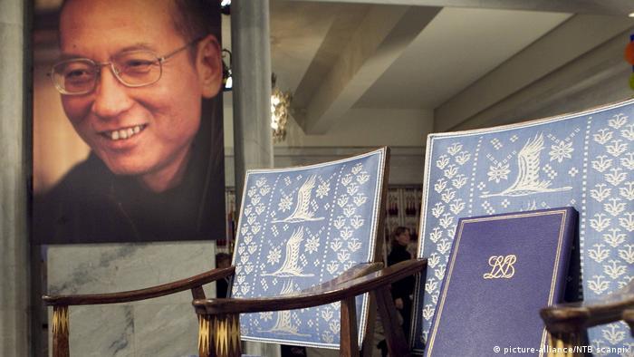 لیو شیائوبو، برنده جایزه نوبل صلح که پس از تحمل رنجی طولانی از بیماری سرطان کبد، در سن ۶۱ سالگی در بیمارستانی در چین درگذشت. او در بیمارستان نیز تحت نظر مقامات امنیتی چین قرار داشت. شیائوبو در سال ۲۰۰۹ به اتهام توطئه برای براندازی رژیم به ۱۱ سال زندان محکوم شده بود. یک سال بعد جایزه نوبل صلح به او تعلق گرفت. به هنگام اعطای این جایزه، صندلی او در اسلو خالی بود.