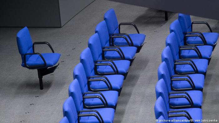 row of blue chairs in plenary hall, Bundestag (picture-alliance/dpa/B. von Jutrczenka)