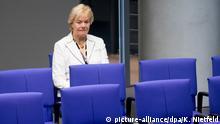 Die mittlerweile fraktionslose Erika Steinbach sitzt am 22.06.2017 während der Sitzung des Deutschen Bundestages in Berlin beim Gedenken an den verstorbenen ehemaligen Bundeskanzler Helmut Kohl alleine in der letzten Reihe. Foto: Kay Nietfeld/dpa | Verwendung weltweit
